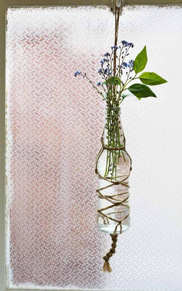 Simples, acessível e carregado de beleza este suporte de plantas com garrafa e macramê