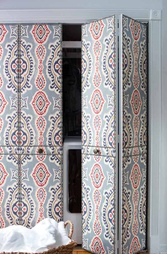 A porta sanfonada com apenas duas folhas foi usada aqui para encobrir a área de serviço; o revestimento colorido contribuiu para deixá-la ainda mais bonita