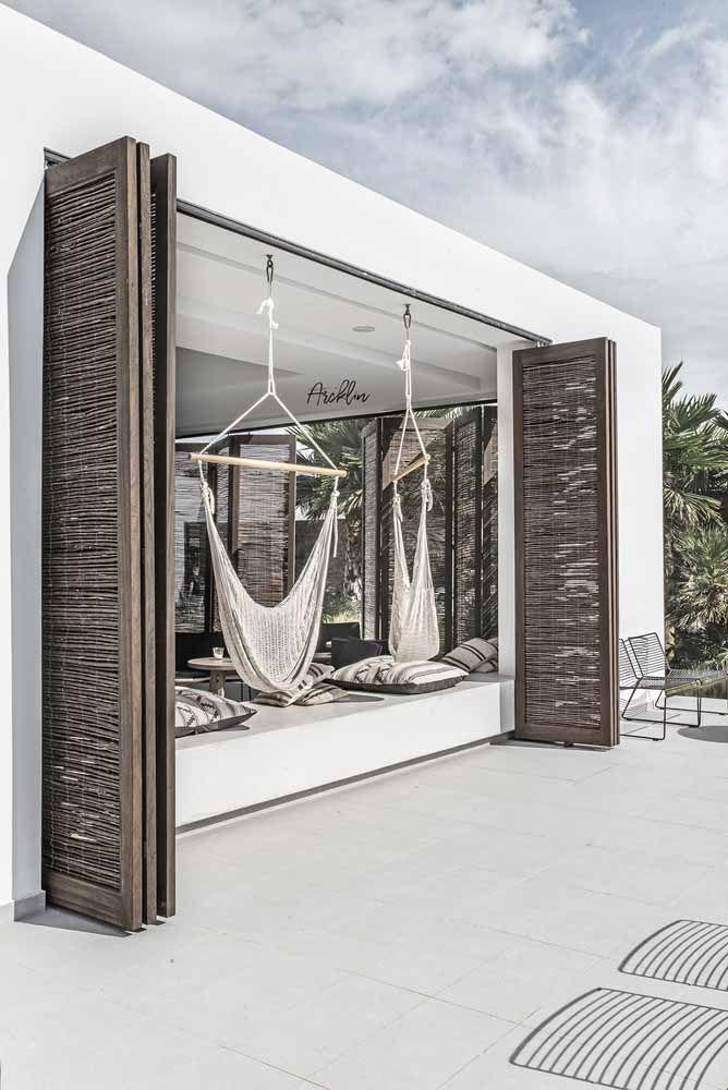 Os projetos mais rústicos e descontraídos podem optar por um modelo de porta sanfonada feita de bambu