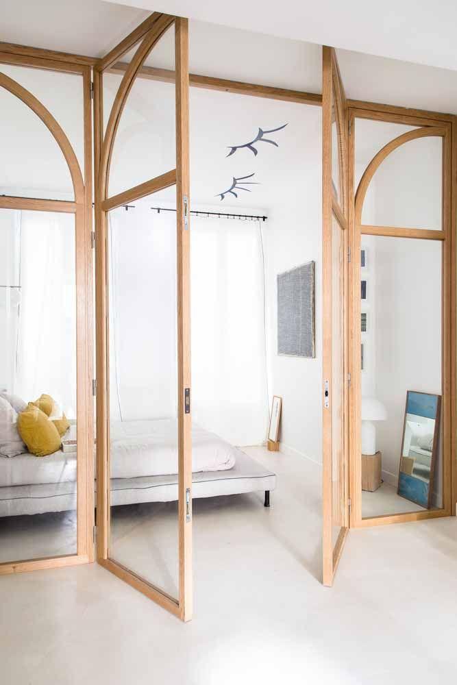 A combinação elegante entre madeira e vidro para essa porta sanfonada