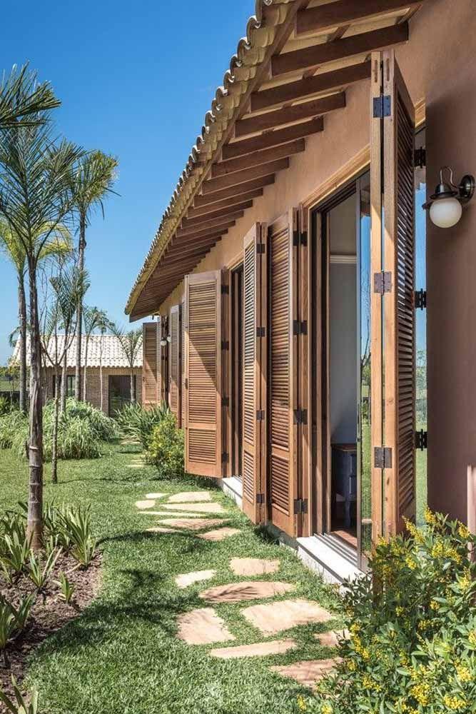 Para casas de campo, as portas sanfonadas de madeira são uma opção perfeita