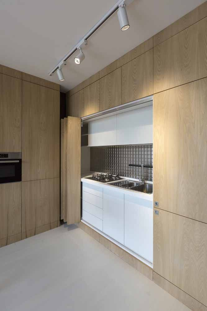 Não quer que a cozinha apareça também? A porta sanfonada dá um jeito; aqui ela foi feita sob medida seguindo o padrão dos armários