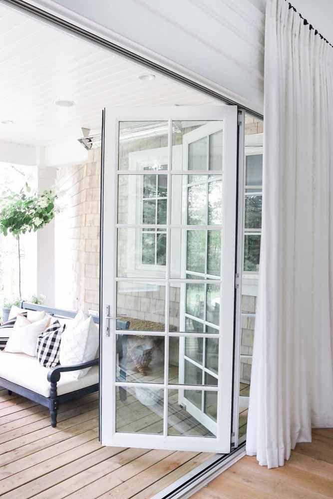 Um modelo que se assemelha a uma janela combina com propostas românticas e delicadas de decoração