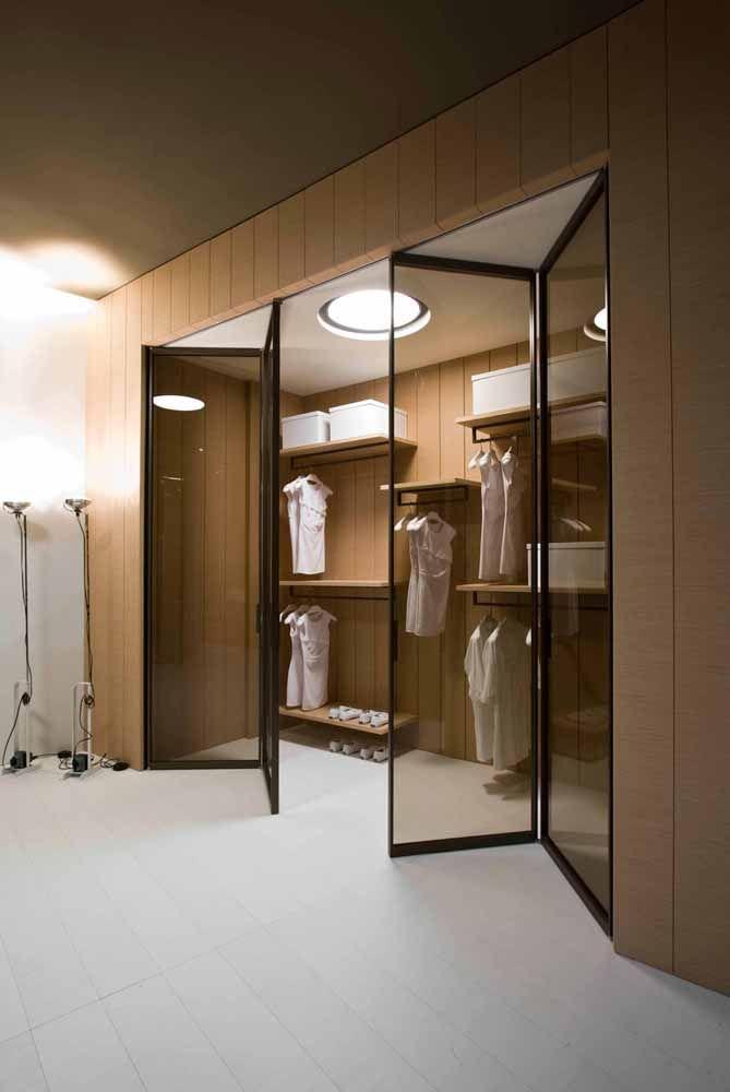 E no closet? Já pensou em usar uma porta sanfonada nesse ambiente?