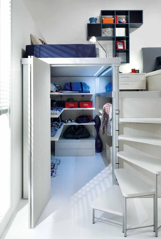 O closet fechado pela porta sanfonada aproveita como ninguém o pequeno espaço no qual foi criado