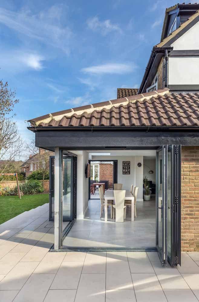 Porta sanfonada de vidro para a varanda: uma forma simples e prática de fechar o ambiente sem se privar da vista externa