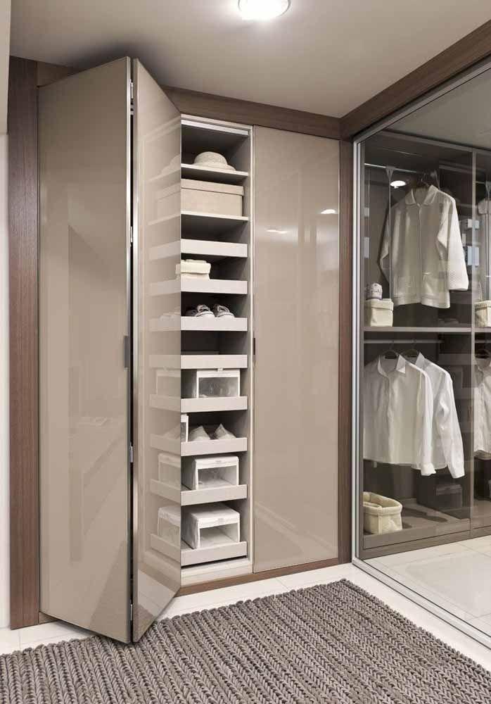 Puro estilo essa porta sanfonada com acabamento em laca para o closet