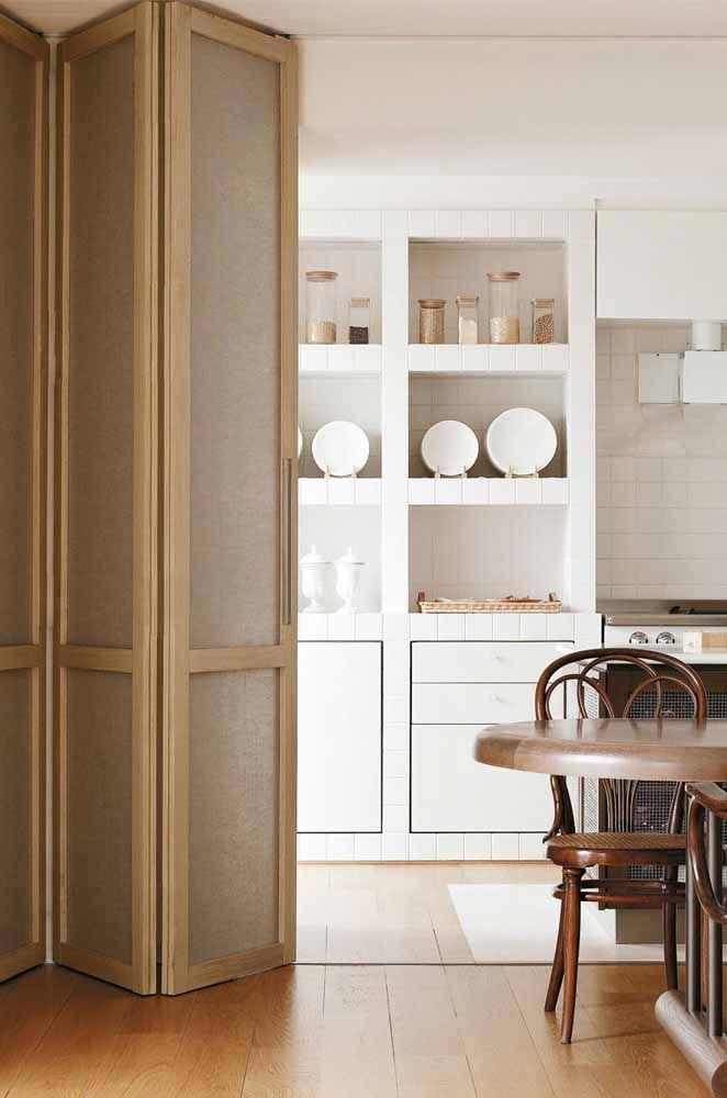 Essa alta e majestosa porta sanfonada revela a cozinha apenas quando for interessante