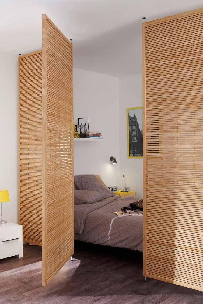 A porta sanfonada de bambu isola a área da cama do restante do quarto