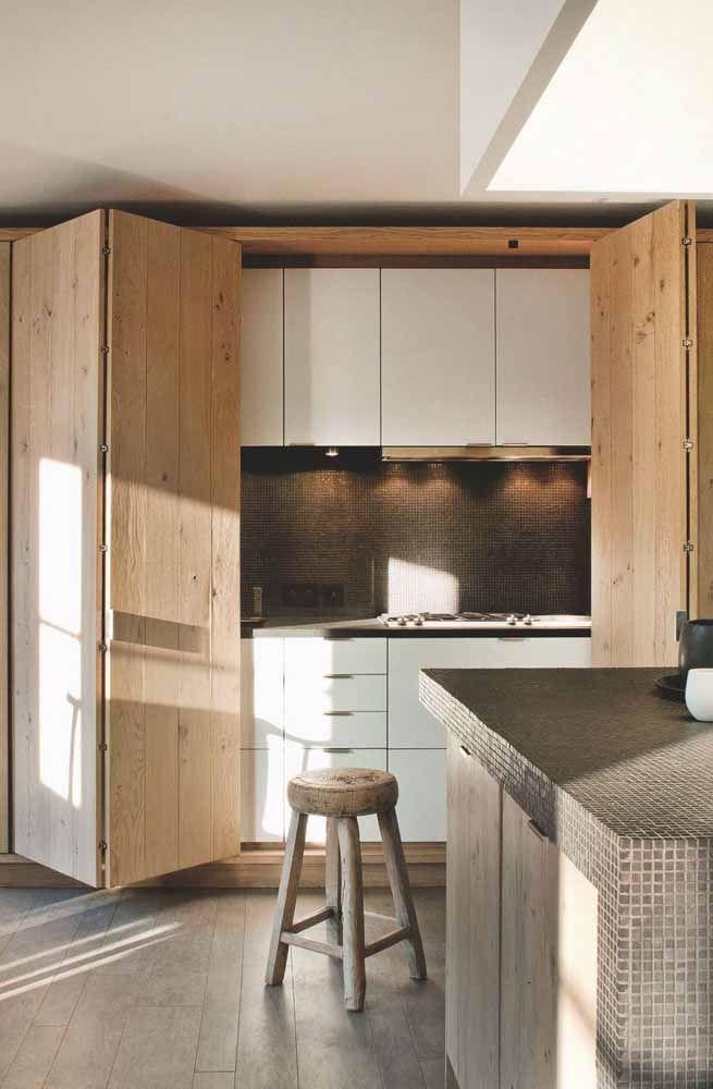 Rústica, a madeira de pinus foi a escolhida para esse modelo de porta sanfonada