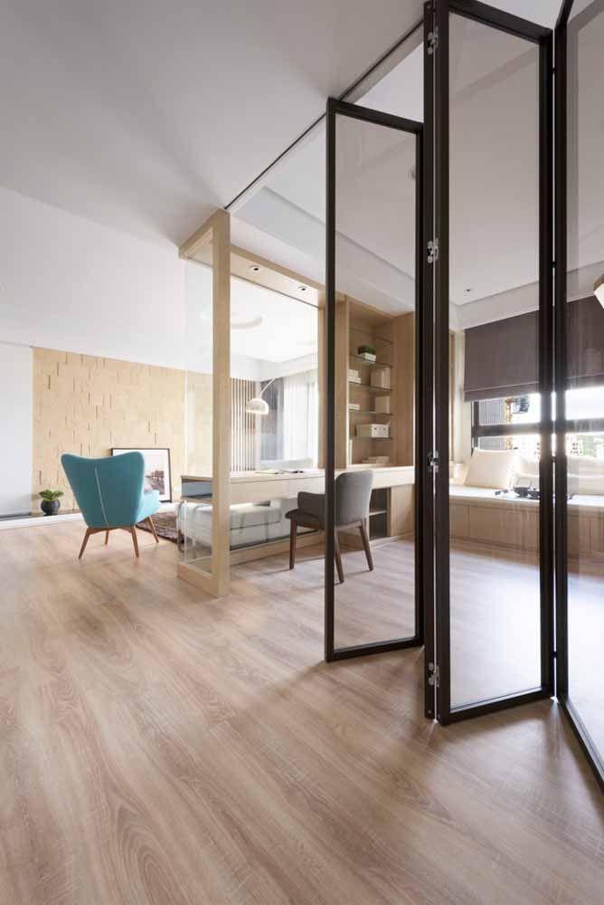 Alta, elegante e de vidro: essa porta sanfonada sob medida divide os ambientes com muito charme