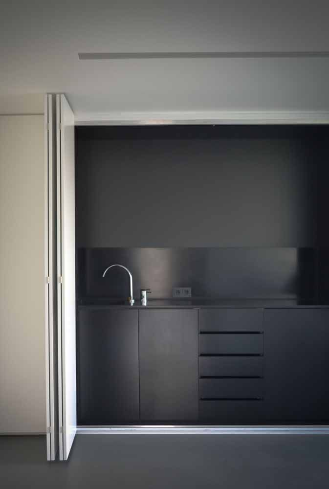Não tem como deixar a cozinha mais minimalista; nem o balcão aparece, graças a porta sanfonada