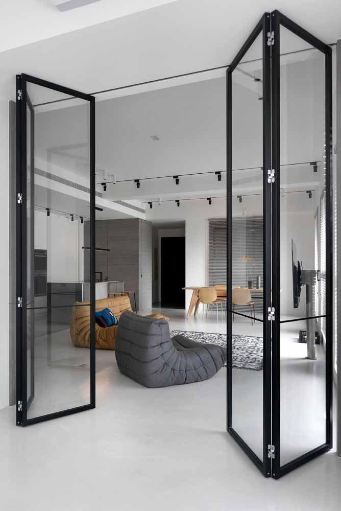 Nada de deixar a porta sanfonada de fora do ambiente: aqui, por exemplo, o friso preto da porta combina perfeitamente com o restante da decor