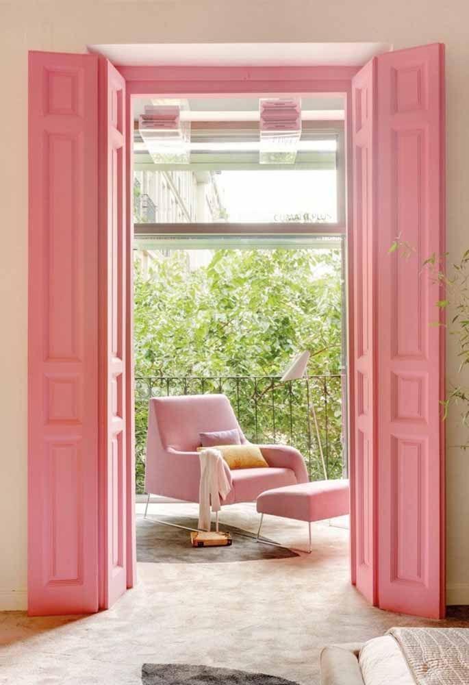 A decoração romântica ganhou uma grande aliada: a porta sanfonada de madeira cor de rosa