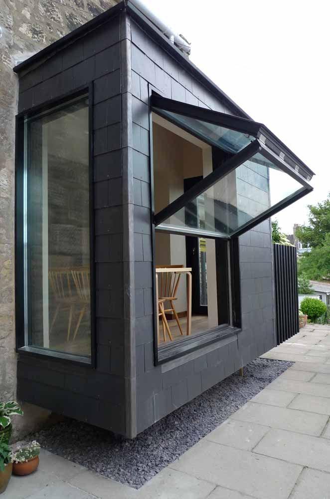 A abertura vertical dessa porta sanfonada de vidro traz ventilação e luz na medida certa para o pequeno ambiente