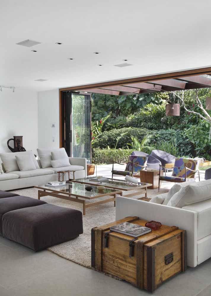 Entre a sala e a varanda, a porta sanfonada de vidro: não ocupa espaço, nem atrapalha a visão