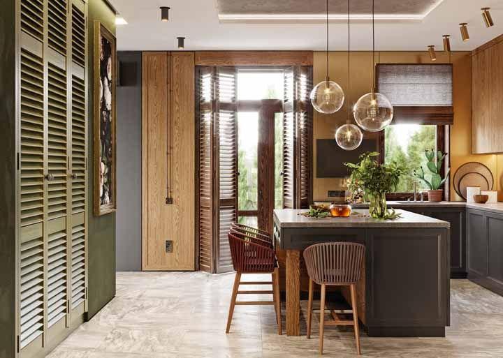 Nessa cozinha, a porta sanfonada de madeira divide espaço com a persiana do mesmo material