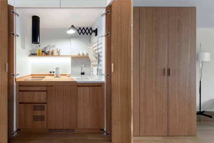 Quem vê por fora nem imagina que por trás da porta sanfonada existe uma cozinha completa