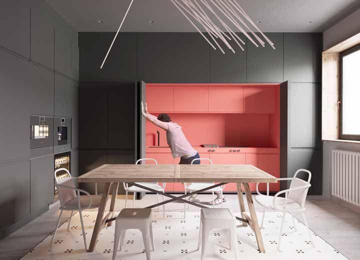 E eis que do ambiente todo cinza, surge uma cozinha cor de rosa