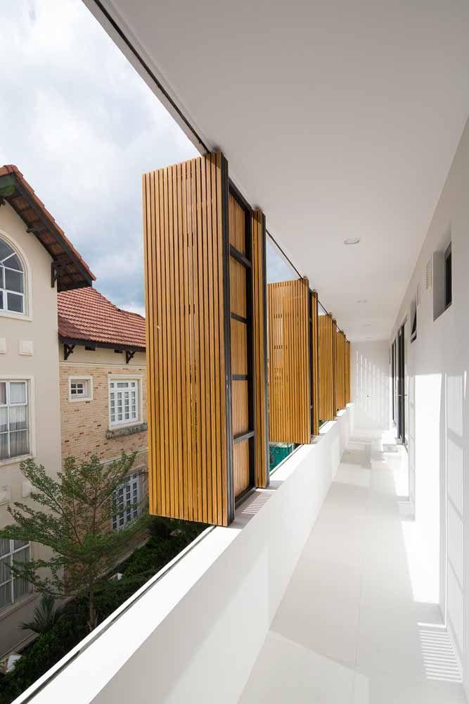 Já nessa outra proposta, as portas sanfonadas garantem a regulagem de luz e a privacidade dos moradores
