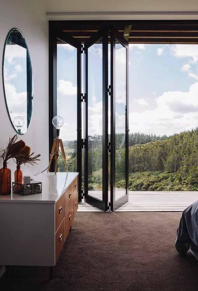 Para apreciar a vista a qualquer momento opte por uma porta sanfonada de vidro
