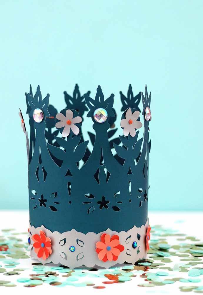 Coroas de papel para o rei da festa