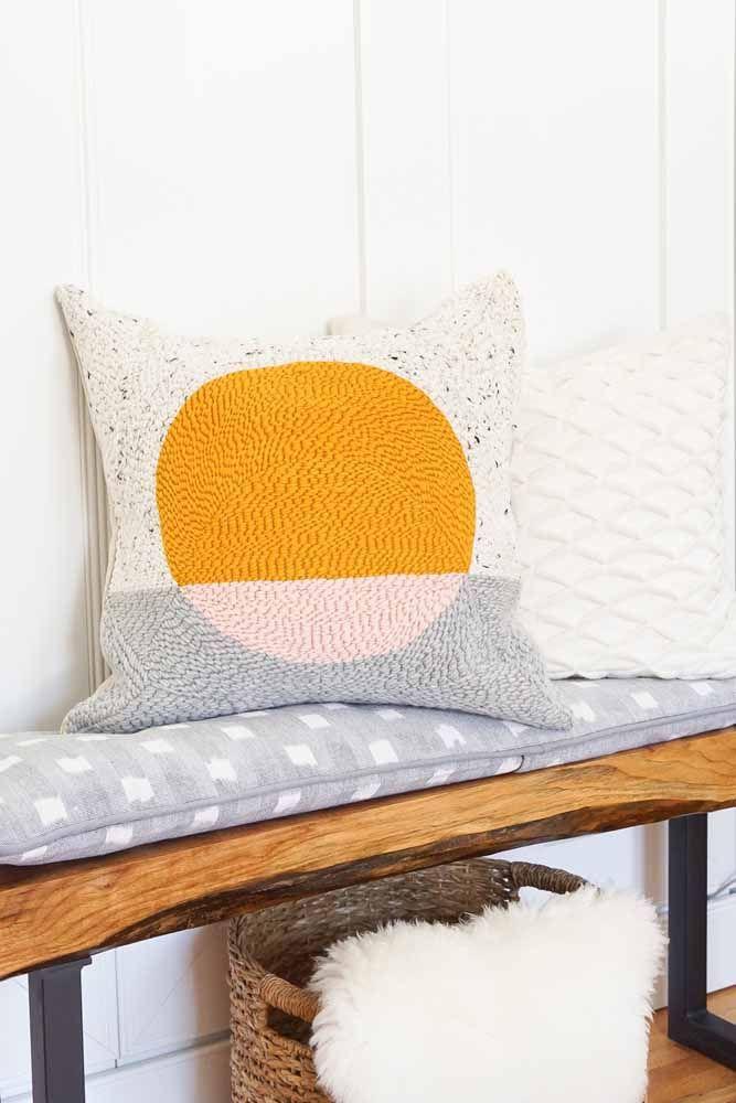 Se você tem experiência na técnica do crochê ou tricô pode aproveitar para fazer capas de almofada