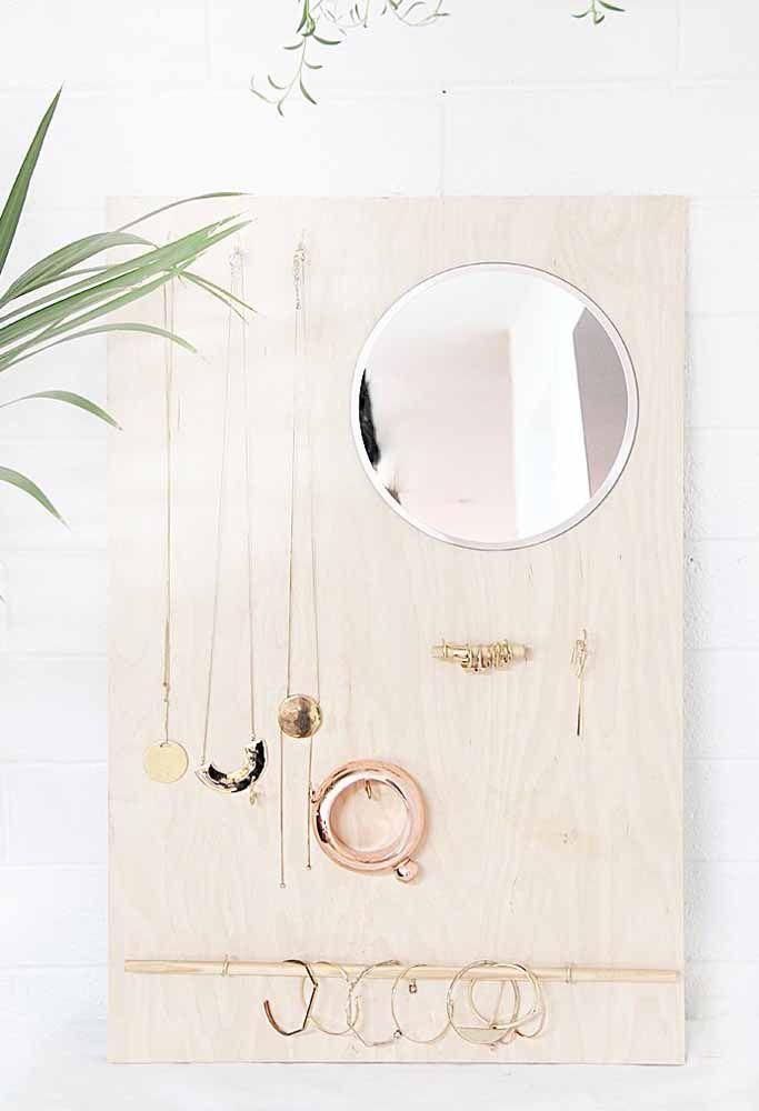 Esse porta joias de parede rústico já vem com espelho