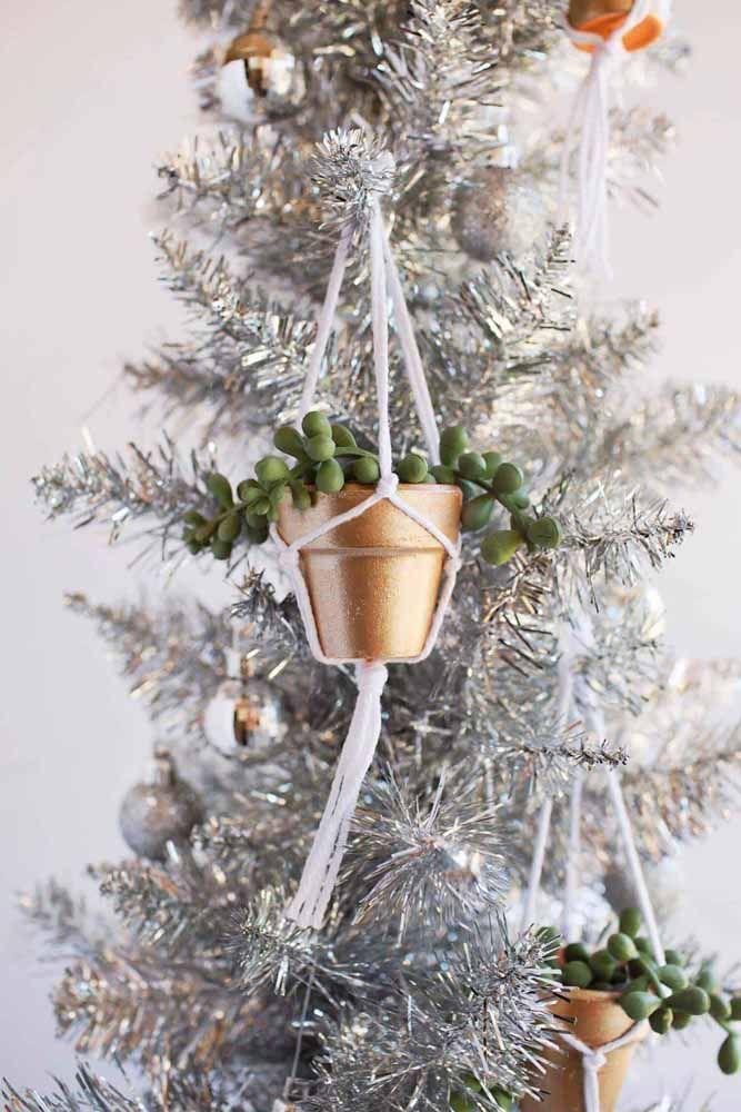 Suculentas em vasinhos dourados para decorar a árvore de natal: muito fofo né?