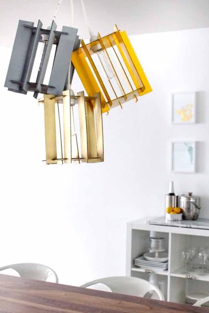 Luminárias diferenciadas: a proposta aqui foi usar ripas de caixote para produzi-las