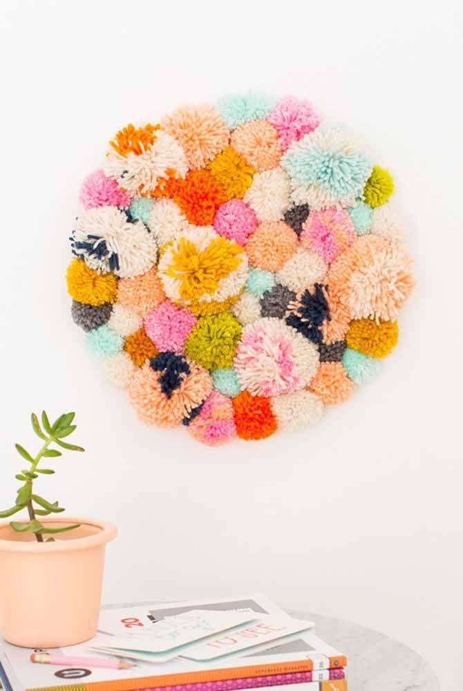 Mandala de pompons de lã para decorar a parede