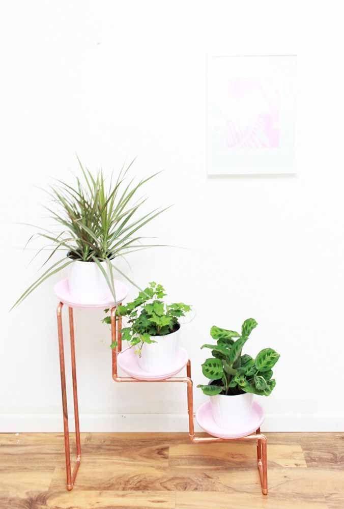 Aqui, canos de PVC se transformaram em um lindo e criativo suporte para plantas