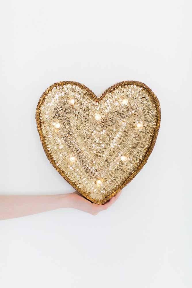 Coração brilhante e metalizado para deixar a decoração da festa ainda mais charmosa
