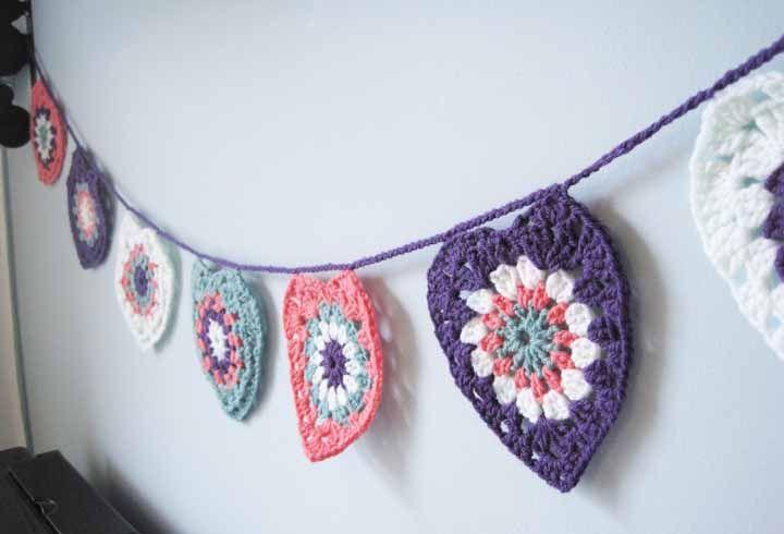Varal de bandeirinhas feitas de crochê: um mimo para decor de quartos ou festas