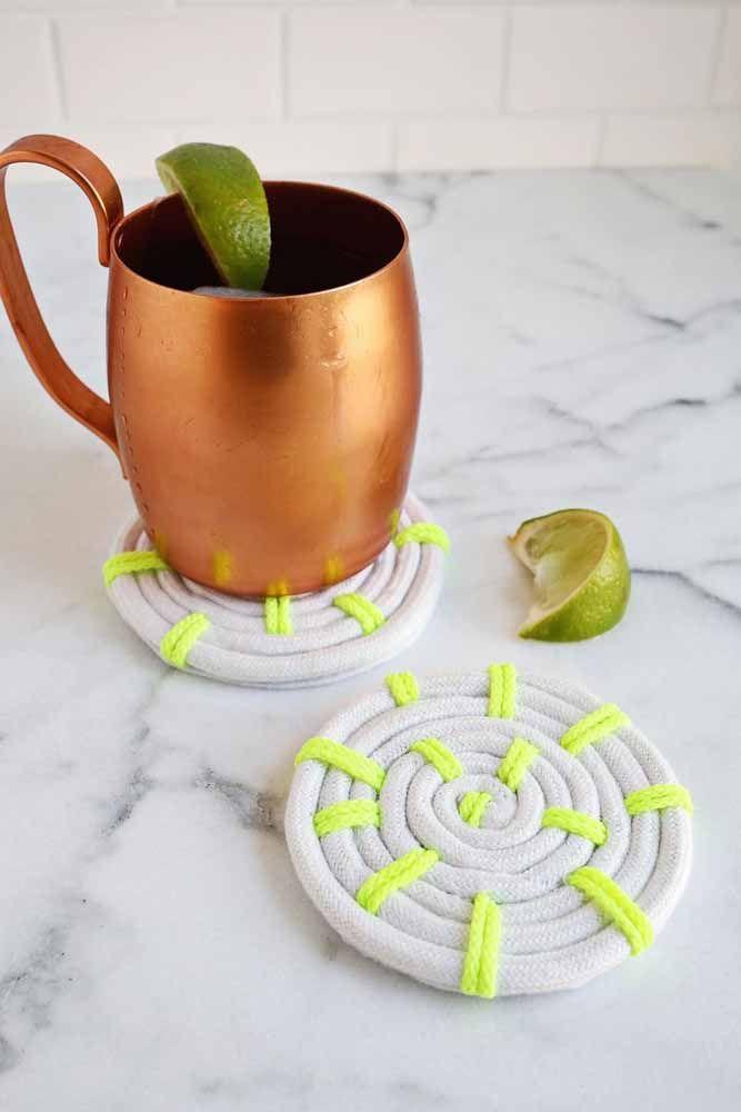 Porta copos feito com cadarço; artesanato útil e funcional