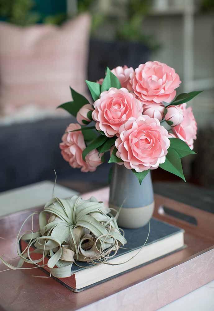 No vaso, as flores de papel em camadas se tornam uma opção permanente de decoração