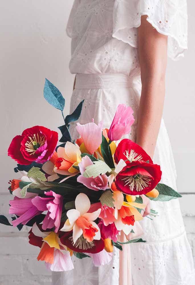 E o que acha de casar com um buquê de flores de papel? Esse aqui foi feito com flores em tamanhos e cores variados