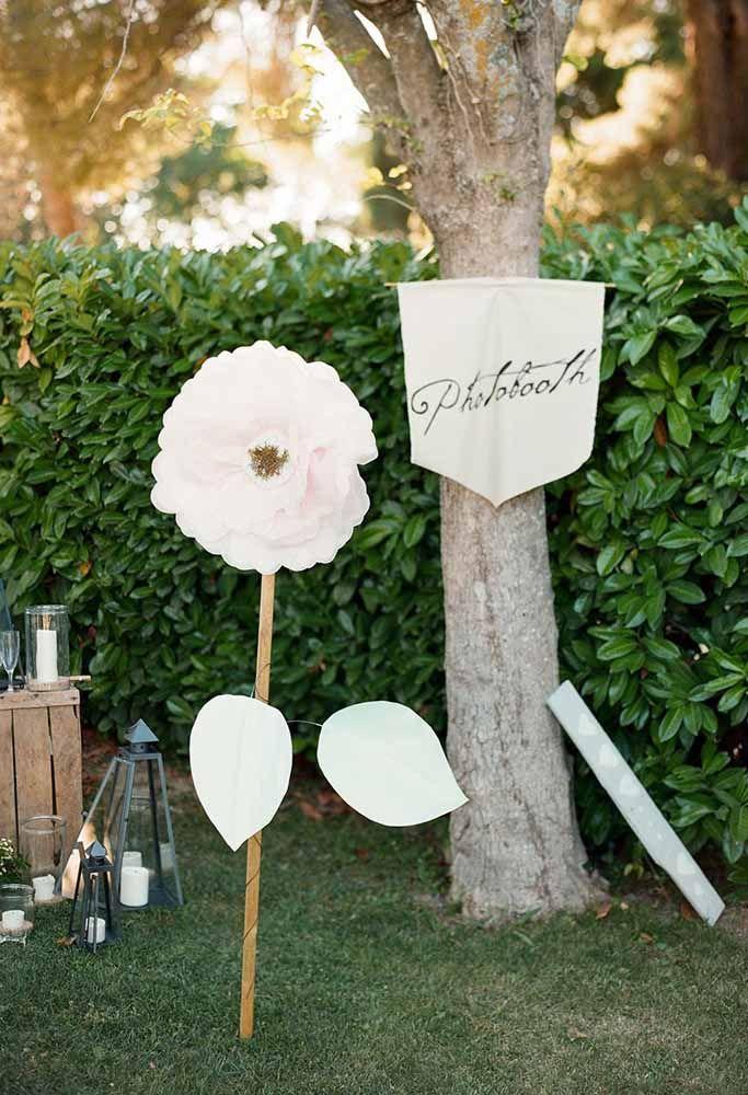 Uma gigante branca para decorar o jardim durante a festa; o tom verde do fundo ajuda a destacar ainda mais a flor