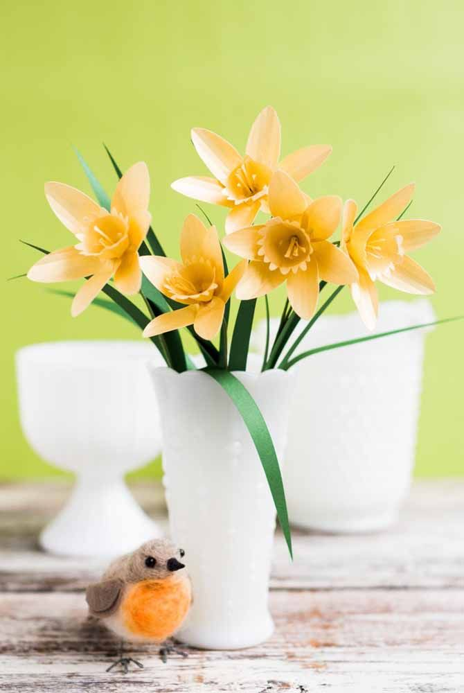 As meigas flores amarelas de papel ganharam a companhia charmosa do passarinho de mentira