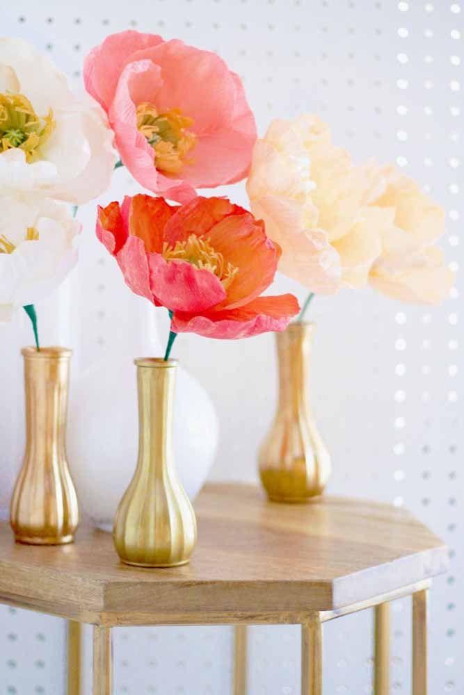 Flores gigantes de papel no vaso solitário: uma combinação que deu certo