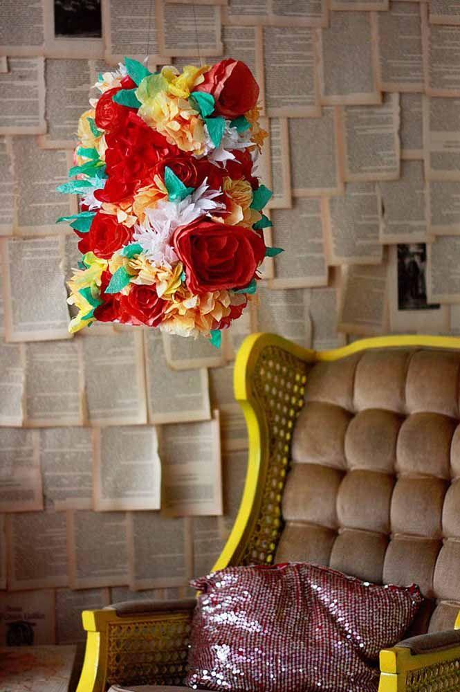 Luminária revestida com flores de papel: uma ideia original e criativa de usar as flores