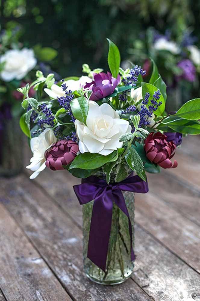 Quem se arrisca a dizer que essas flores não são de verdade? Com capricho e dedicação qualquer um pode fazer um arranjo desses