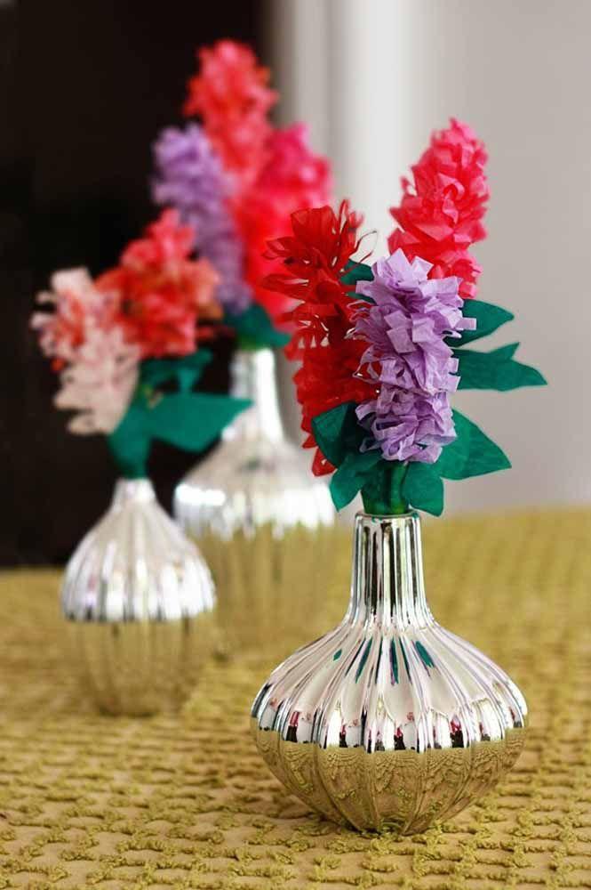 Aqui, a técnica usada foi a de tiras de papel para formar as flores; depois é só escolher um vaso bem bonito para elas