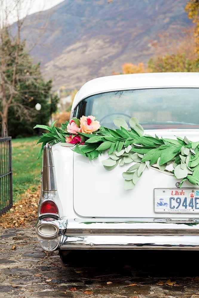 E na despedida dos noivos, as flores de papel também marcam presença