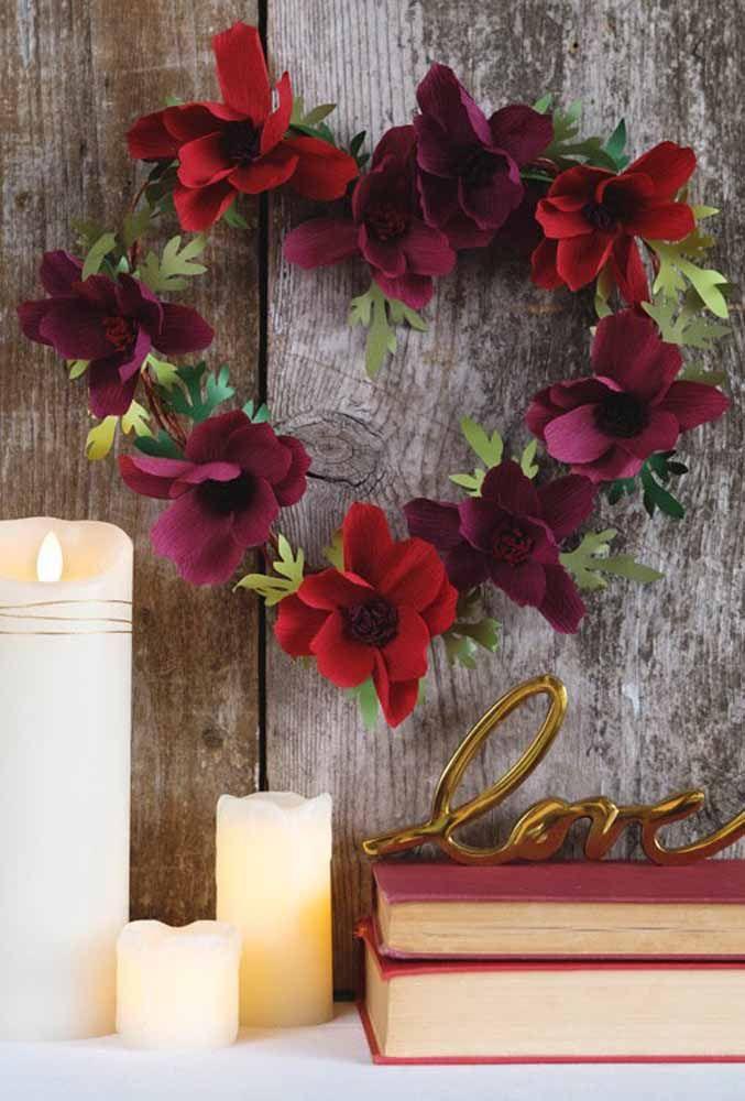 Para os românticos: uma guirlanda em formato de coração decorada com flores de papel