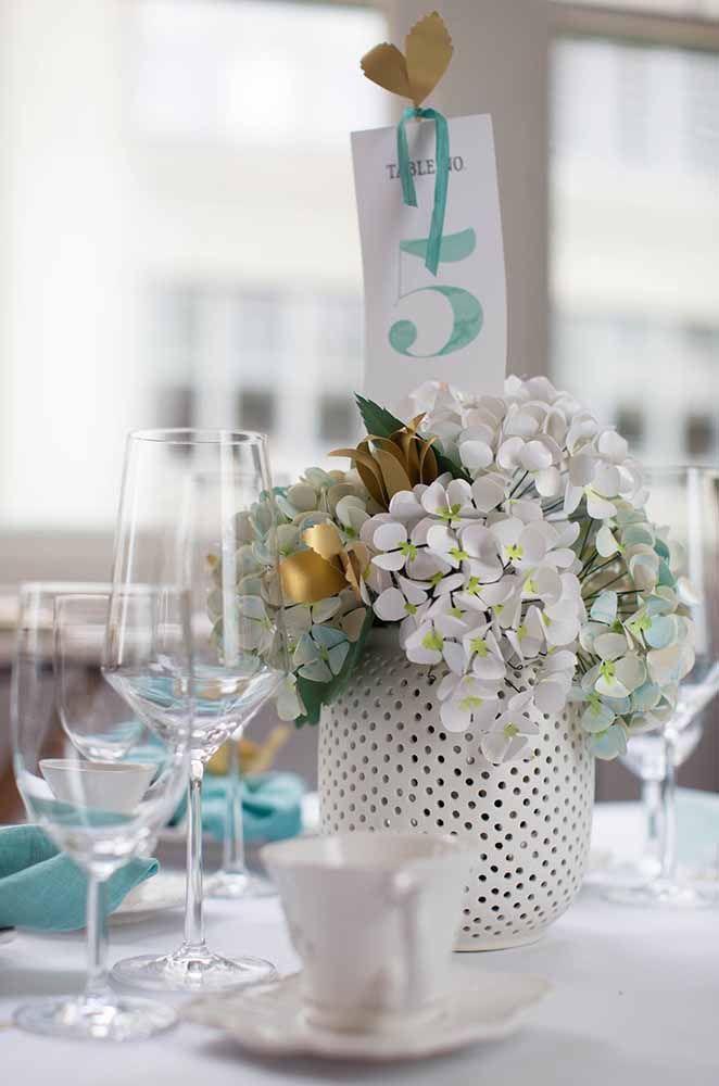 Hortênsias de papel para decorar as mesas dos convidados; todo mundo vai querer sair da festa com um arranjo desses
