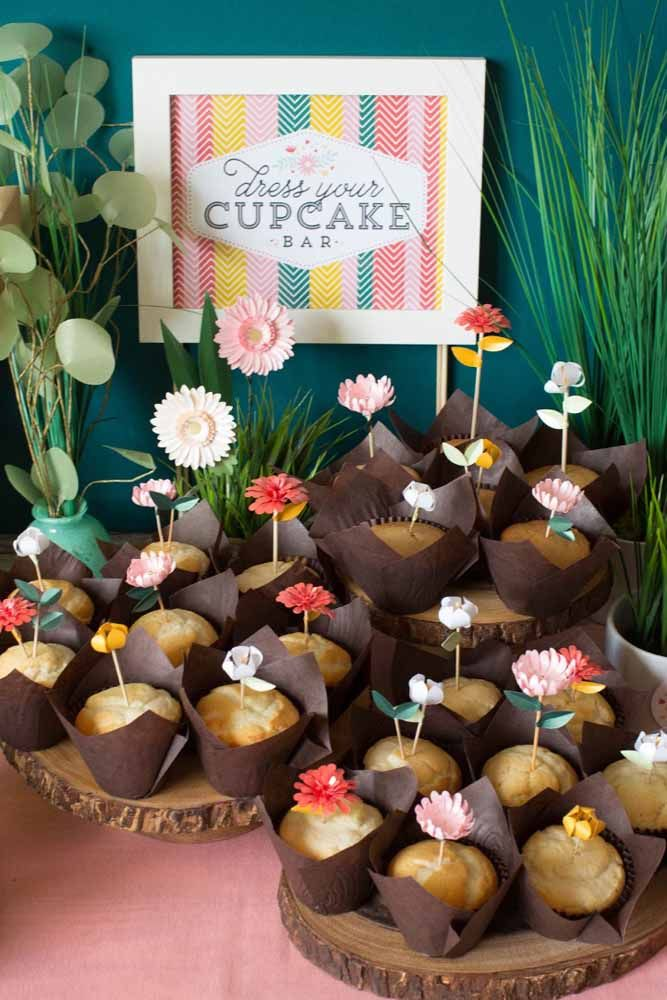Um jardim feito de cupcakes e flores de papel: ótima sugestão de decoração para festas