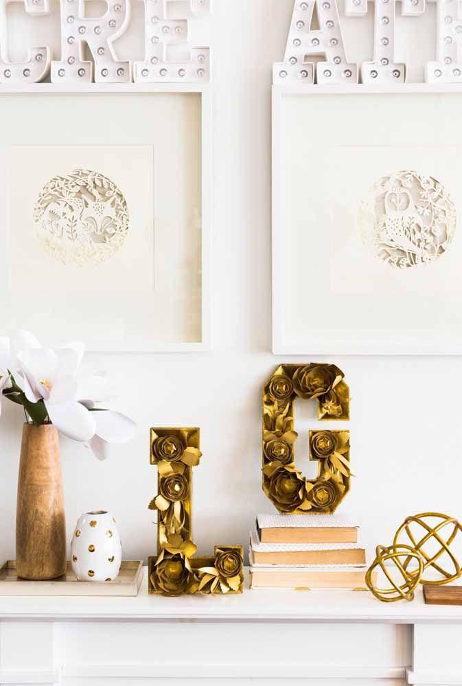A parede branca quase ofusca a flor de papel dentro do vaso...quase!