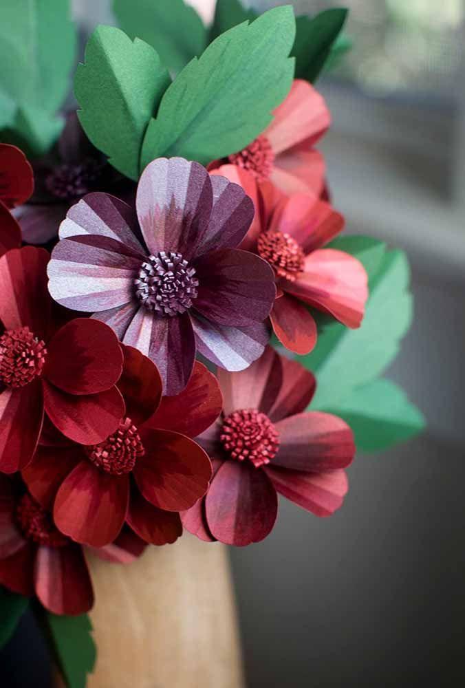 Reforce o realismo do arranjo de papel criando efeito de sombra nas flores; use tinta e pincel para isso