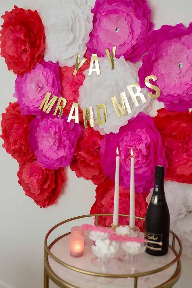Flores gigantes formam esse painel para a festa de noivado.